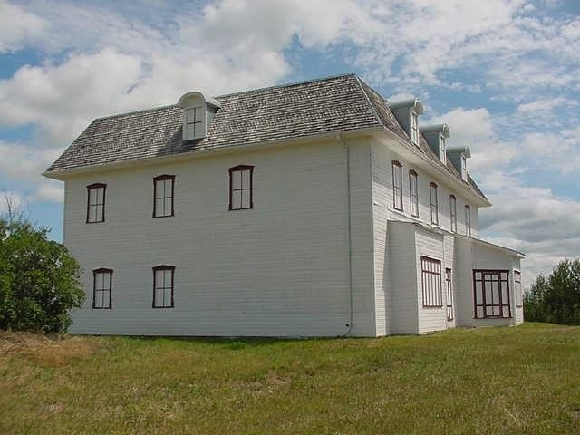 Located 3 km west of the village, the Humphrey/Hewlett House is also part of the park. Visitors are encouraged to stop and see the original 1888 house